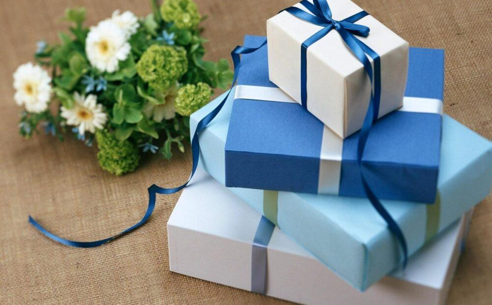 çiçek ve hediye alışverişini temsil eden fotoğraf
